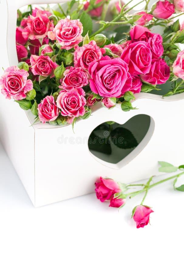 Rosas rosadas del ramo en cesta de madera imágenes de archivo libres de regalías