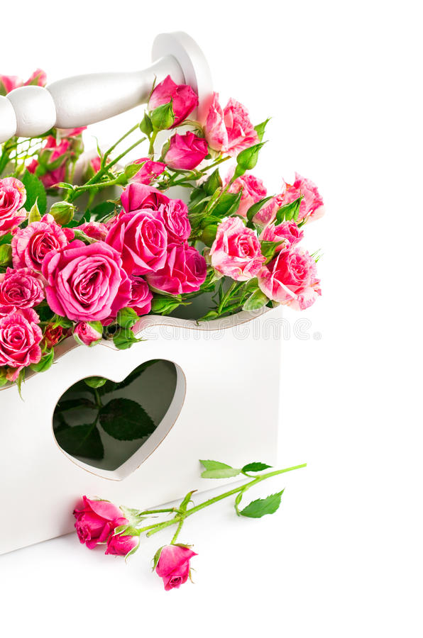 Rosas rosadas del ramo en cesta de madera foto de archivo