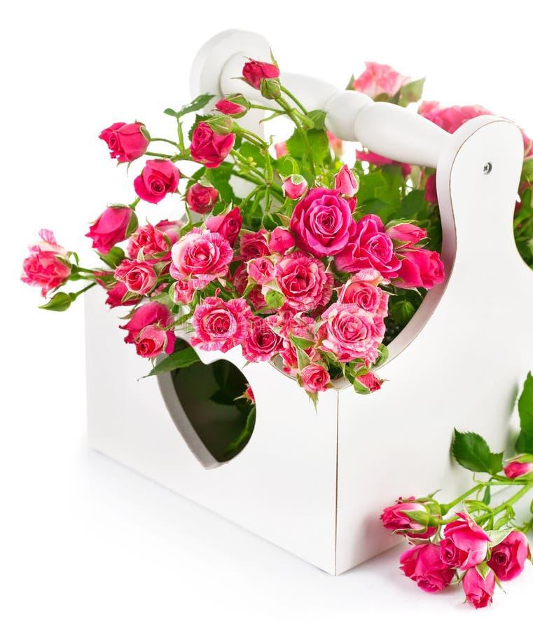Rosas rosadas del ramo en cesta de madera imagen de archivo