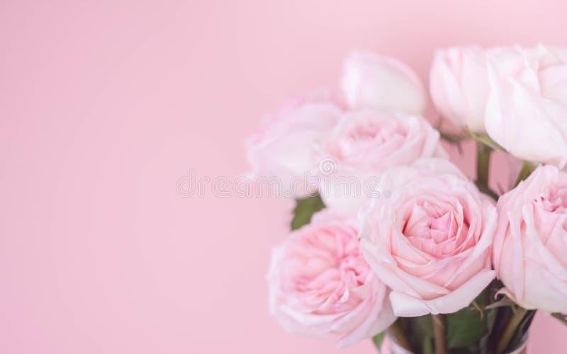Rosas rosadas delicadas de Bouqet en fondo rosado imagen de archivo libre de regalías