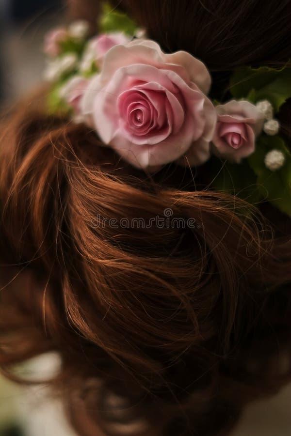 rosas rosadas en el pelo de la novia, casandose estilo fotos de archivo libres de regalías