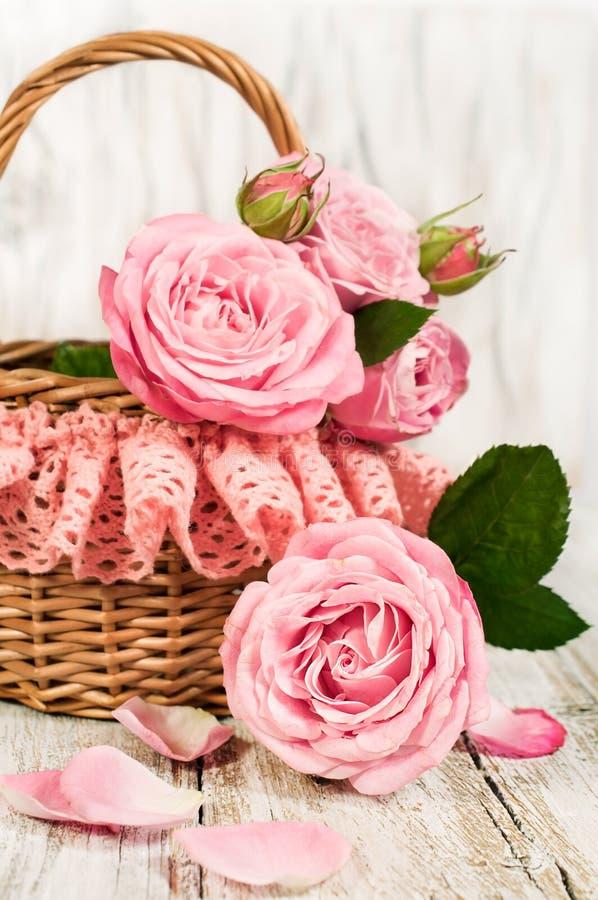 Rosas rosadas en una cesta imagen de archivo libre de regalías