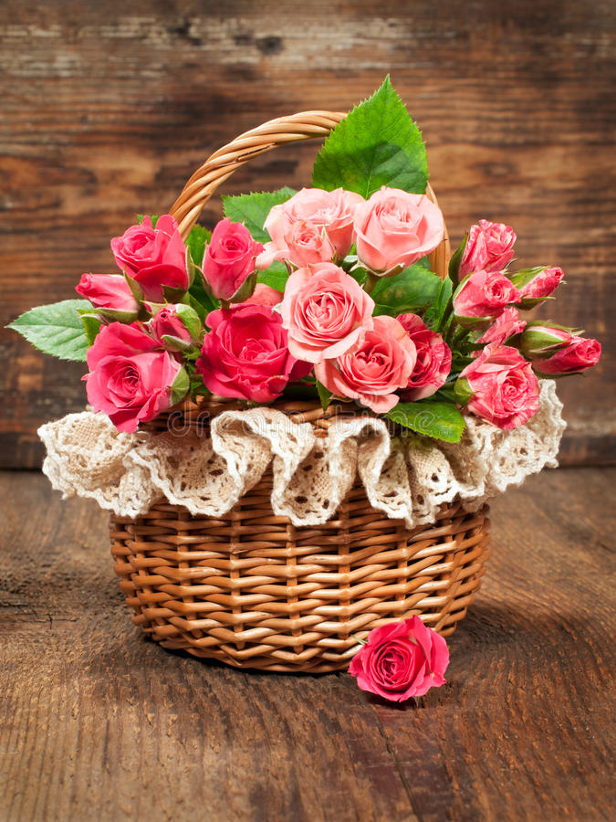 Rosas rosadas en una cesta del vintage imagen de archivo libre de regalías
