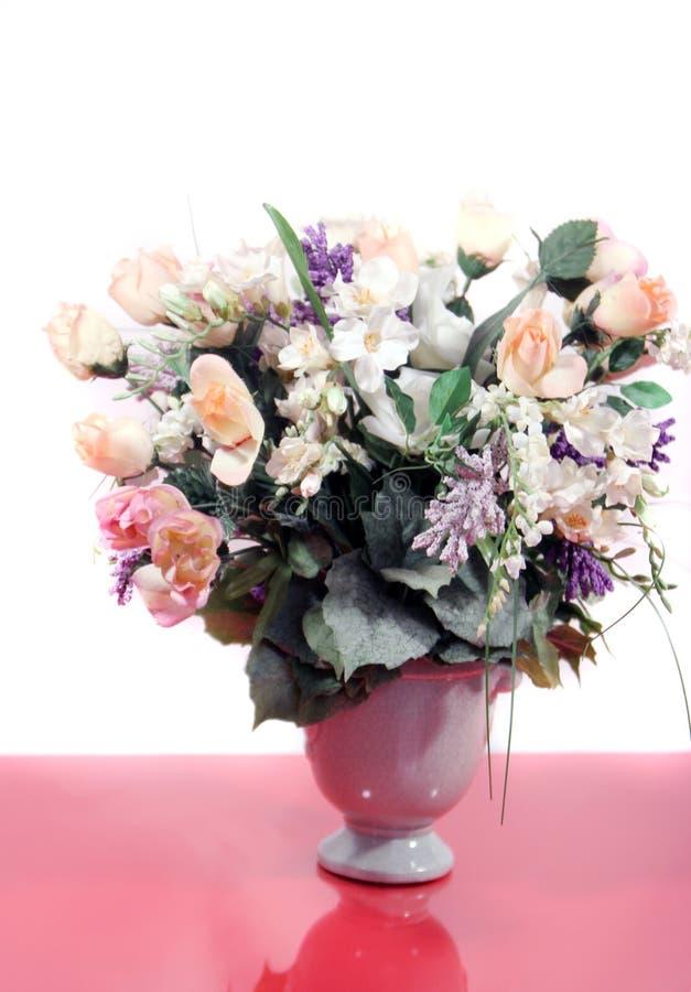 Rosas rosadas hermosas y flores mezcladas imágenes de archivo libres de regalías