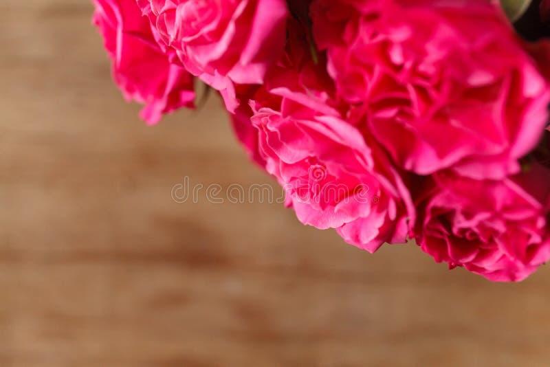 Rosas roxas na mesa de madeira foto de stock