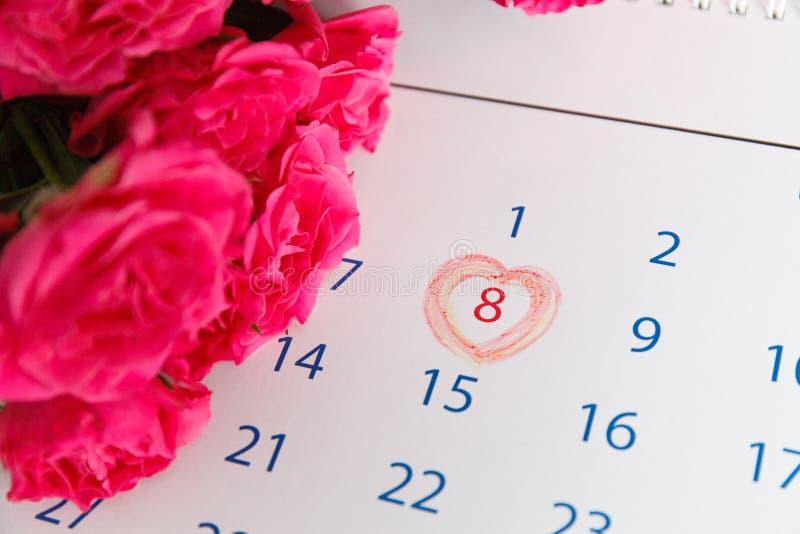 Rosas roxas na mesa de madeira fotografia de stock