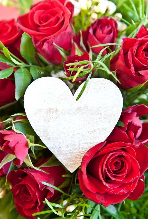 Rosas vermelhas com um coração vazio fotos de stock
