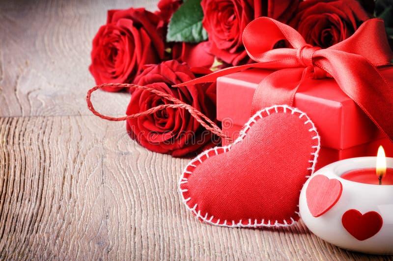 Rosas vermelhas e presente de Valentin fotos de stock