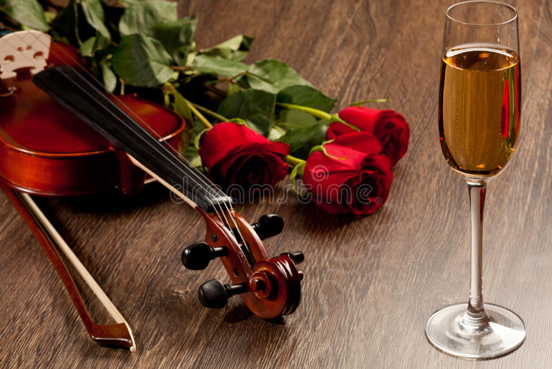 Rosas vermelhas e um violino imagem de stock royalty free