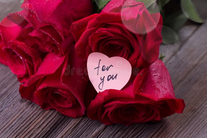 Rosas vermelhas em pranchas de madeira Fundo do dia de Valentim fotografia de stock
