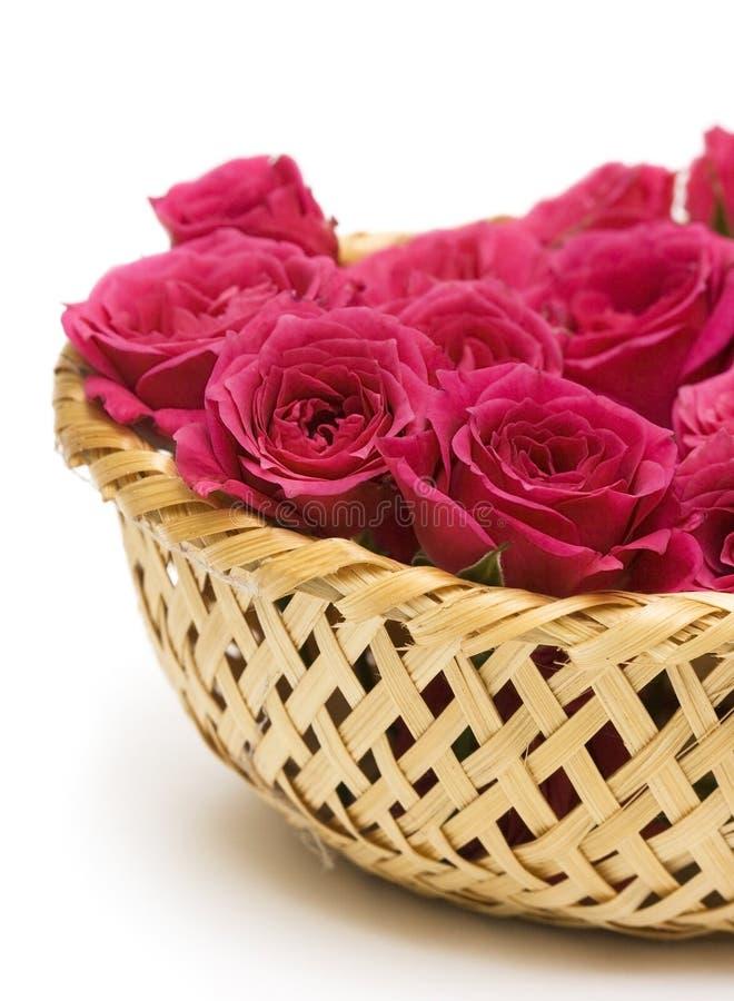 Rosas vermelhas na cesta imagens de stock royalty free