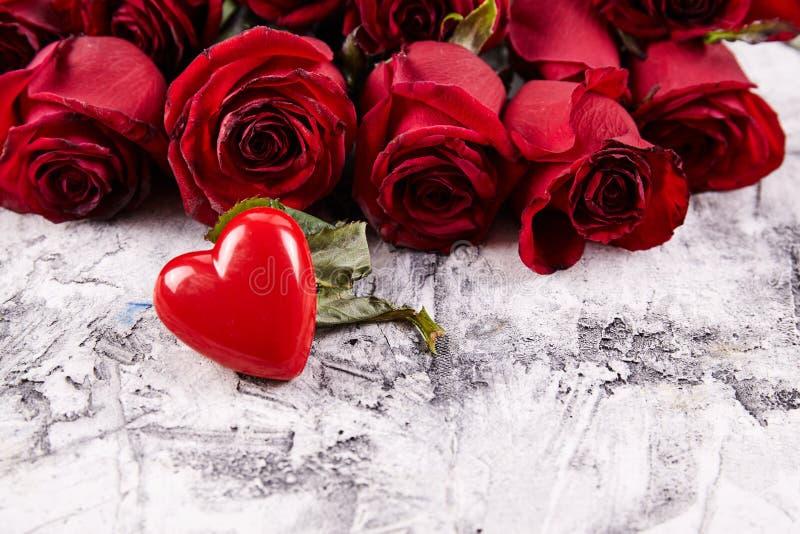 Rosas vermelhas no fundo fotografia de stock