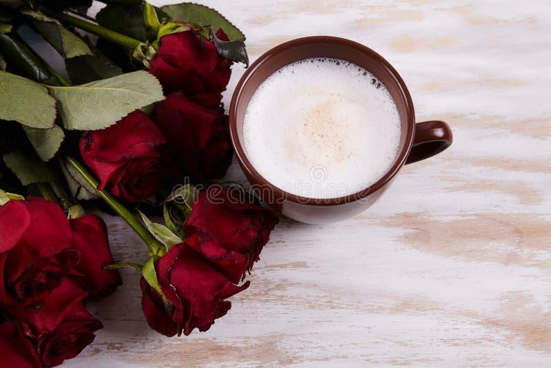 Rosas vermelhas no fundo fotografia de stock royalty free