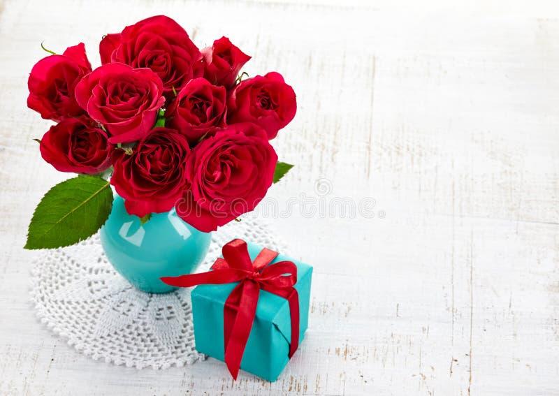 Rosas y caja de regalo fotos de archivo