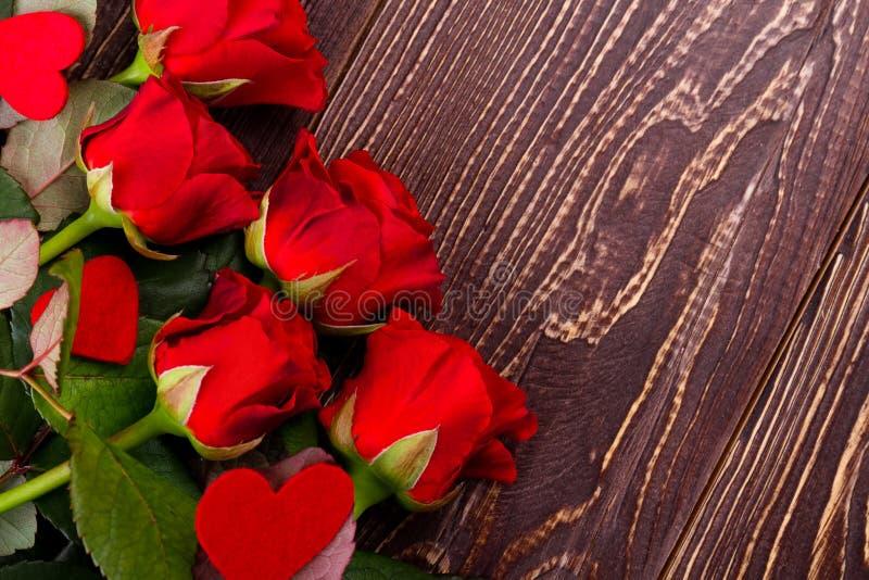 Rosas y corazones en la madera imágenes de archivo libres de regalías