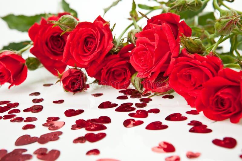 Rosas y corazones rojos fotos de archivo