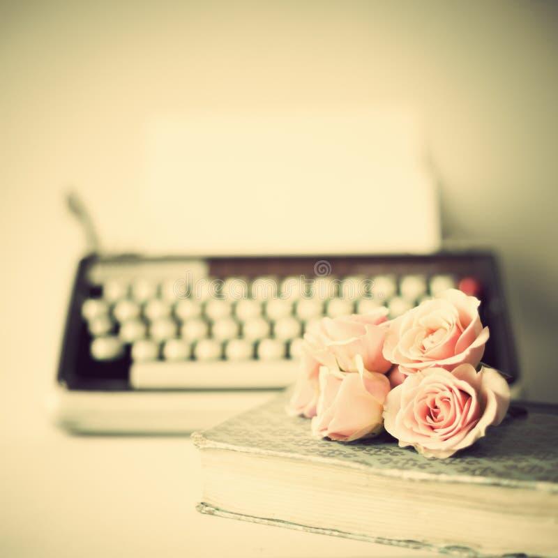 Rosas y máquina de escribir imagen de archivo