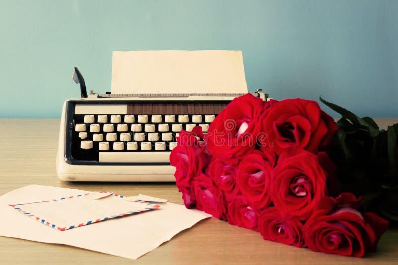Rosas y máquina de escribir imagen de archivo libre de regalías