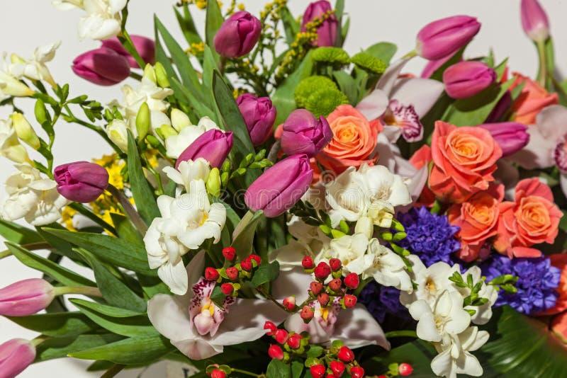 Rosas y orquídeas fotos de archivo
