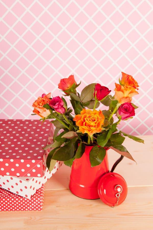 Rosas y presentes coloridos del ramo imagenes de archivo