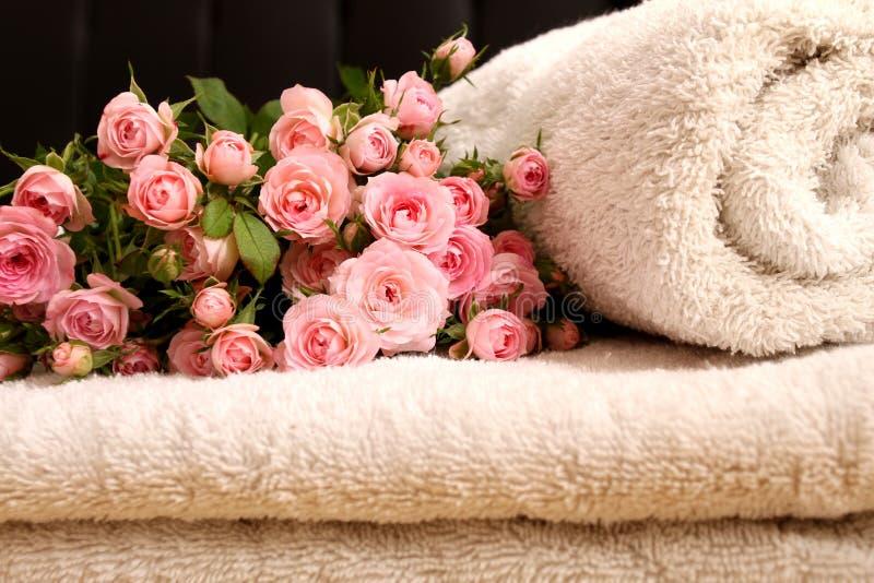 Rosas y toallas fotografía de archivo