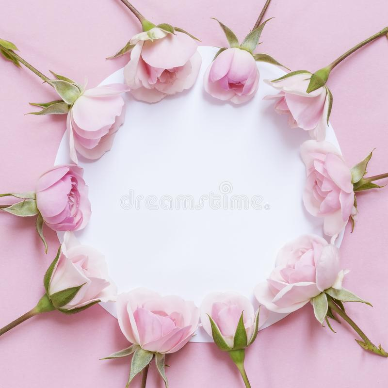 Rosas y una nota en blanco imágenes de archivo libres de regalías