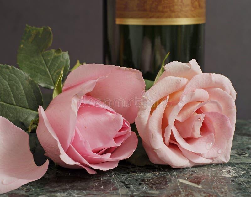 Rosas y vino rosados foto de archivo