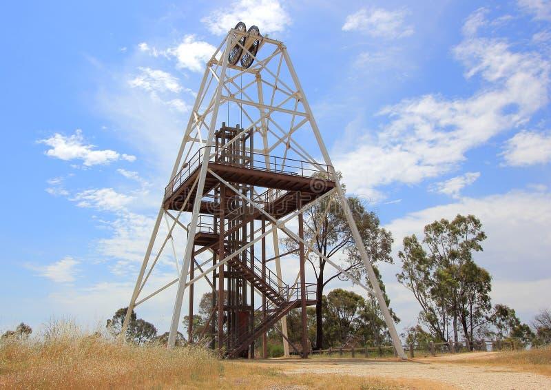 Rosca de torno histórica da mineração do ouro imagem de stock