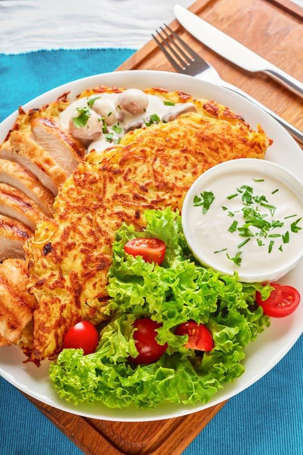 Roschti με το ψημένες στη σχάρα κοτόπουλο, τα μανιτάρια και τη σαλάτα στοκ εικόνες
