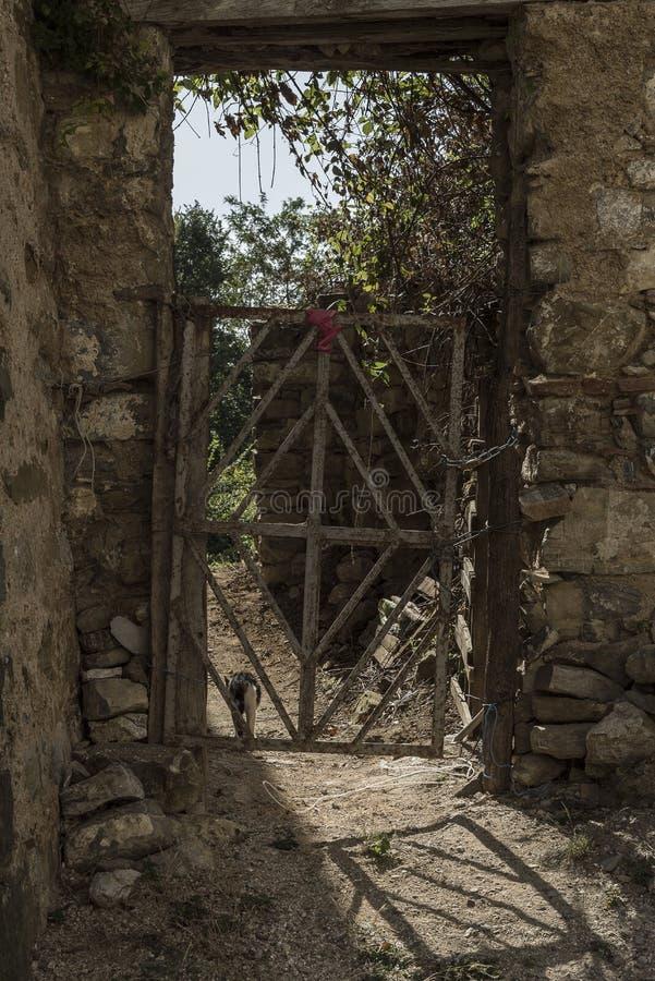 Roscigno viejo, Cilento (las TIC) Pueblo fantasma imagenes de archivo