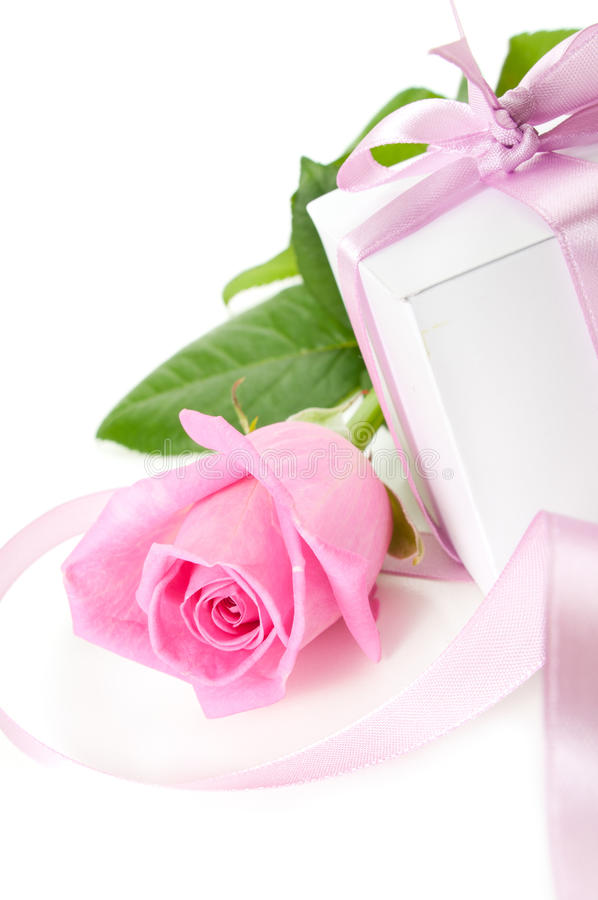 Rose avec le cadeau-cadre images stock