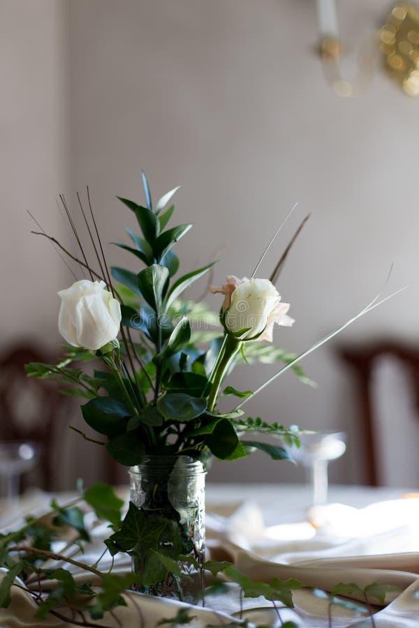 Rose bianche e pianta in un mazzo fotografie stock
