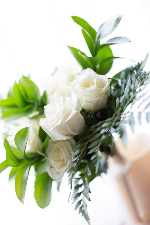 Rose bianche e pianta in un mazzo immagine stock