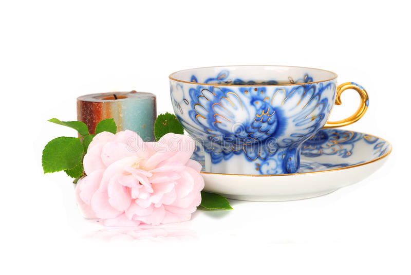 Rose, bougie et cuvette bleue de té. photo stock