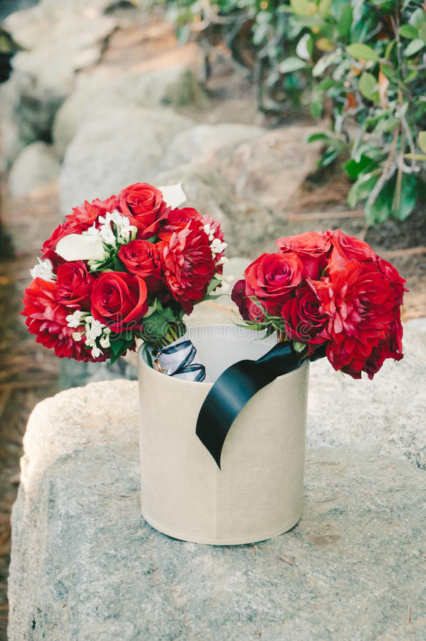 Rose Bouquets vermelha na cubeta fotografia de stock