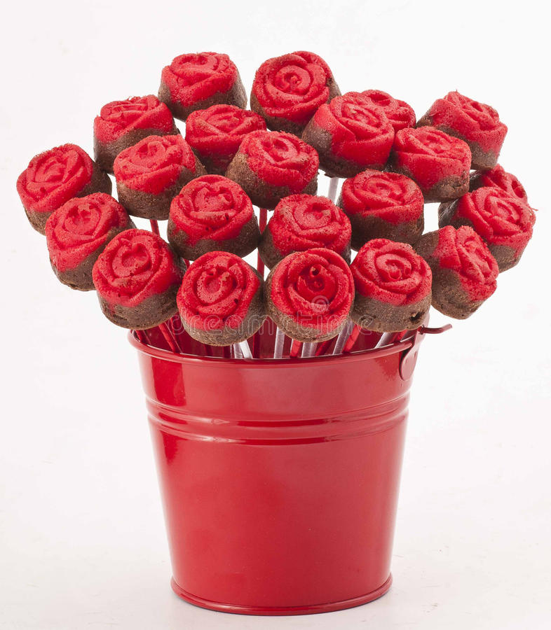 Rose Cake Pops en el florero rojo foto de archivo