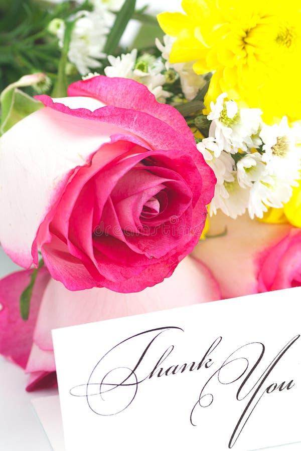 Rose, camomilla, crisantemi e una carta immagini stock