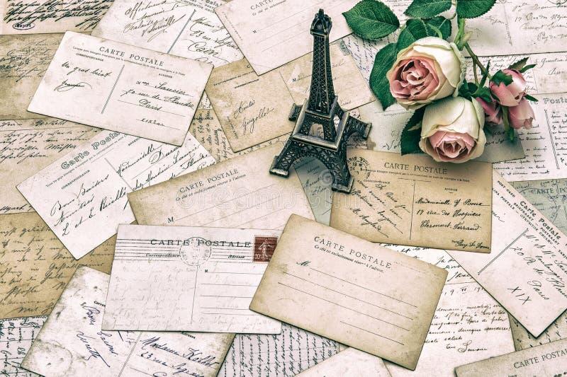 Rose, cartoline dell'oggetto d'antiquariato e torre Eiffel francesi Parigi immagini stock