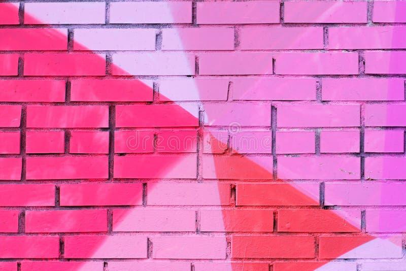 Rose coloré, pourpre, corail a peint le mur de briques photographie stock