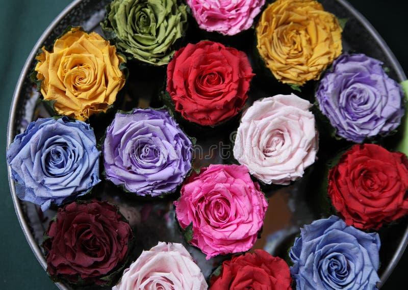 Rose colorate secche che si trovano su un vassoio Nostalgia, annata e concetto di fragranza fotografia stock