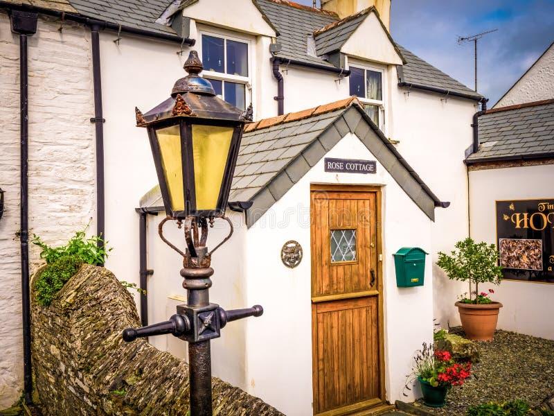 Rose Cottage in Tintagel Cornwall - CORNWALL, ENGELAND - AUGUSTUS 12, 2018 stock fotografie