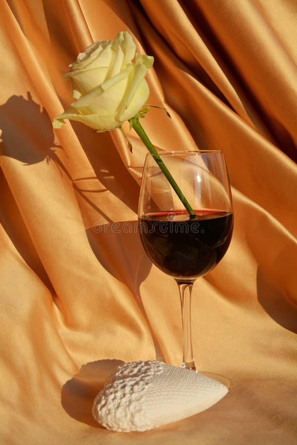 Rose de blanc dans un verre de gémissement image stock