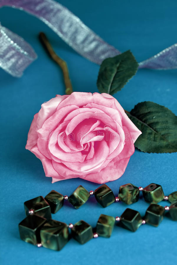 Rose de jaune avec le ruban photos libres de droits