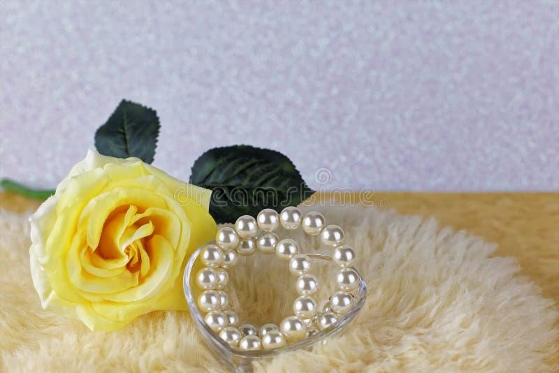 Rose de jaune avec le ruban image libre de droits