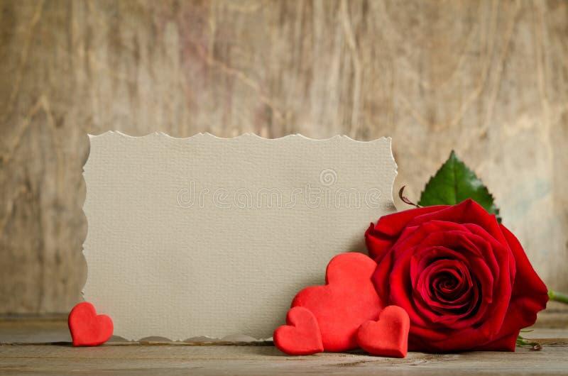 Rose de rouge avec le papier pour des valentines des textes et de handemade autour photos libres de droits
