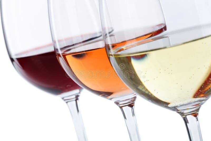 Rose de rouge en verre de vin d'isolement sur le blanc photo libre de droits
