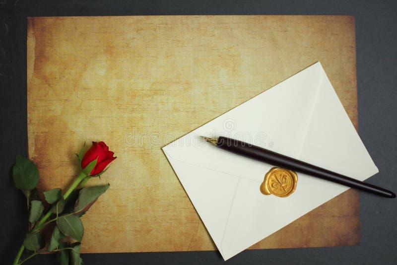 Rose de rouge se trouvant sur le papier de vintage pour le message images libres de droits