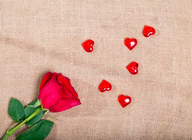 Rose de rouge sur renvoyer et aléatoirement les coeurs en verre dispersés images libres de droits