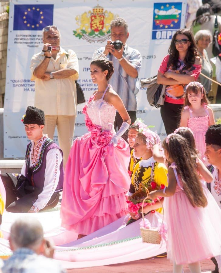 Rose della regina di parata sul festival di folclore in Bulgaria fotografie stock libere da diritti