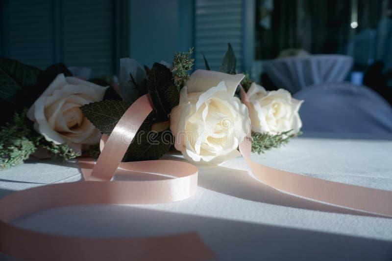 Rose in der Fensterlichtweichzeichnung und Weinlese tonen Art stockfotos